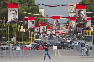 Viaggio di Papa Francesco in Albania: il viale di Tirana con le gigantografie dei 40 sacerdoti martiri del comunismo